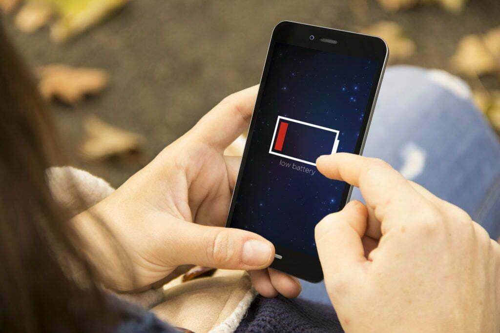 Celular com bateria baixa