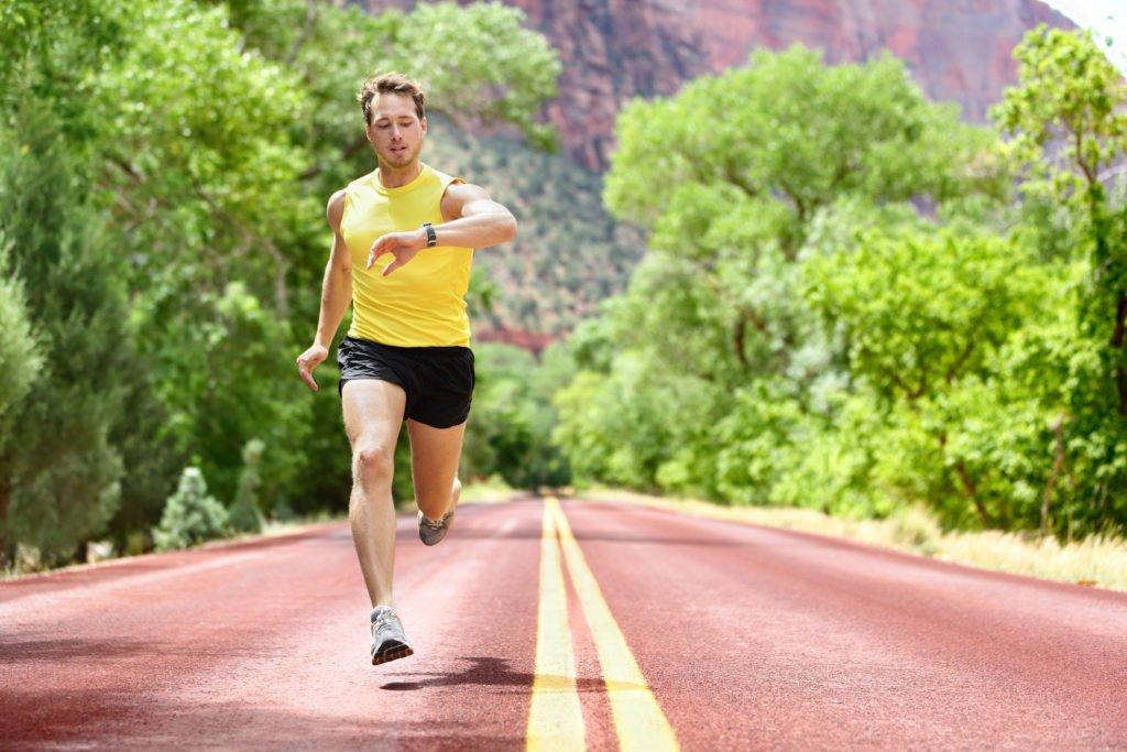 Homem correndo e olhando smartwatch