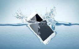 O celular caiu na água? Siga esses 7 passos para salvá-lo